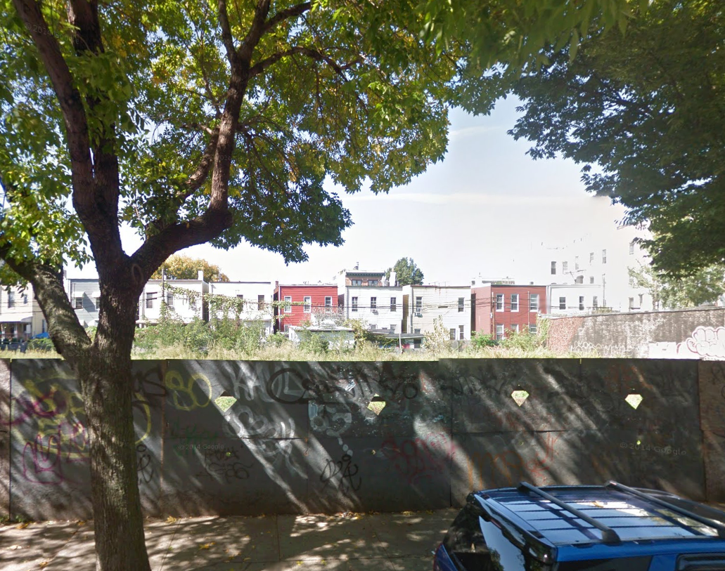 The empty lot where the new residential building will be erected. Courtesy of Google maps.